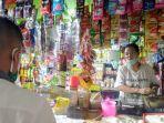 seorang-pedagang-di-pasar-kendal-kota-sedang-melayani-pembeli-selasa-2842020.jpg