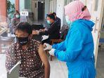 seorang-pedagang-menjalani-vaksin1.jpg