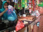 seorang-pedagang-sembako-di-pasar-johar-relokasi-sedang-melayani-pembeli_20180627_161508.jpg