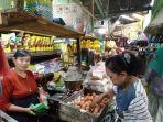 seorang-pedagang-sembako-sedang-melayani-pembeli-di-pasar-buyaran-demak.jpg
