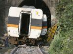 seorang-pekerja-pada-sabtu-342021-berdiri-di-belakang-gerbong-kereta-taiwan.jpg