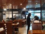 seorang-pelayan-di-rodjo-restoran-sedang-melayani-pengujung-dengan-menerapkan-prot.jpg