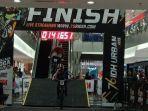 seorang-pembalap-downmall-menyelesaikan-track-76-idh-urban-downmall-di-hartono-mall-solo-baru.jpg