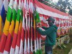 seorang-penjual-bendera-musiman-arif-hidayat-saat-berjualan-di-selasar-kartini-kota-salatiga.jpg