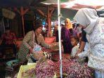 seorang-penjual-bumbu-dapur-di-pasar-pagi-kota-tegal.jpg