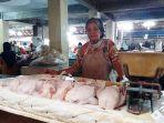 seorang-penjual-daging-ayam-ras-di-pasar-pagi-kota-tegal-m.jpg