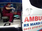 seorang-perawat-tengah-menangani-pasien-di-atas-mobil-ambulans-rs-mardi-rahayu-kudus.jpg