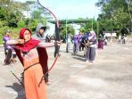 seorang-perempuan-anggota-komunitas-kaliwungu-archery-tengah-membidik-sasaran_20180330_155946.jpg