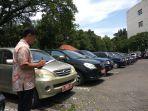 seorang-petugas-dari-biro-umum-setda-provinsi-jateng-sedang-mendata-mobil-mobil-dinas_20161229_123220.jpg