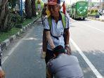 seorang-polisi-sungkem-di-kaki-seorang-pria-paruh-baya_20180428_175752.jpg