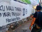 seorang-pria-melihat-coretan-hasil-vandalisme-di-purwodiningratan-kota-solo.jpg