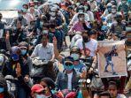 seorang-pria-memegang-poster-yang-menampilkan-pengunjuk-rasa-kyal-sin.jpg