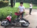seorang-pria-merusak-motornya-sendiri-karena-tak-terima-ditilang-di-bsd-serpong-tangerang-selatan.jpg