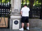 seorang-pria-tampak-mengencingi-batu-peringatan-atas-kematian-pc-keith-palmer-di-westminster.jpg