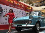 seorang-sales-promotion-girl-berpose-di-mobil-toyota-pertama-yang-dijual-nasmoco.jpg