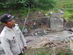 seorang-warga-berada-di-pondasi-jembatan-yang-putus-di-desa-mlayang-kecamatan-sirampog-brebes_20170226_140711.jpg
