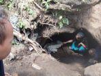 seorang-warga-tengah-menengok-temuan-kubur-bilik-di-dekat-rumah-wasit-43.jpg