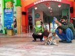 seorang-wisatawan-sedang-bercengkrama-denganarang-zoo.jpg