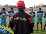sesi-latihan-pagi-skuad-persis-solo-bersama-pelatih-dan-manajer-tim-freddy-mulli_20180110_104654.jpg