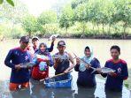 sibat-klidang-lor-dibantu-korps-sukarelawan-pmi-batang-panen-ikan-hasil-budidaya-sistem-silfofishery_20180715_191413.jpg