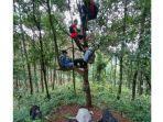 siswa-mencari-sinyal-provider-di-hutan.jpg