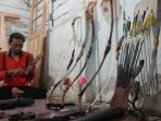 slamet-kwat-saat-membuat-panahan-di-rumah-produksinya-di-desa-keteleng-kecamatan-blado_20180827_131040.jpg