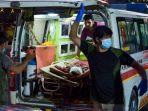 staf-medis-membawa-seorang-pria-yang-terluka-ke-rumah-sakit-dengan-ambulans.jpg