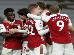 striker-arsenal-asal-inggris-bukayo-saka-kiri-merayakan-gol-ketiganya-dalam.jpg