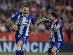 striker-spanyol-alaves-joselu-kiri-merayakan-dengan-bek-spanyol-alaves-ximo-navarro.jpg