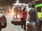 suasana-di-lokasi-saat-korban-dievakuasi-ke-mobil-ambulans.jpg