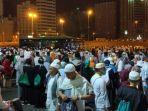 suasana-jemaah-haji-indonesia-menunggu-antrian-bus-shalawat.jpg