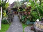 suasana-restoran-bebek-tepi-sawah-di-jalan-raya-teges-ubud_20170804_122856.jpg