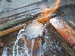 sumber-air-keluar-dari-bekas-sumur-bor-terbakar.jpg