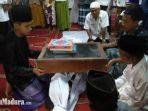 sumpah-pocong-di-masjid-madegan-kelurahan-polagan-kecamatankabupaten-sampang-madura.jpg