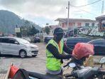 supadno-sang-tukang-parkir-yang-viral-karena-membungkus-helm.jpg