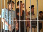 tahanan-polrestabes-semarang-menjalankan-salat-berjamaah.jpg