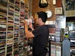 tampak-pembeli-cd-di-come-store-jalan-pamularsih-barat-semarang-tribun-jatengidayatul-rohmah.jpg