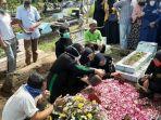 tangis-haru-pihak-keluarga-saat-pemakaman-kapten-cpn-freedy-febrianto-nugroho.jpg