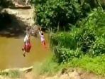 tangkapan-layar-video-viral-tiga-anak-sd-menyeberangi-sungai-dengan-bergelantungan.jpg