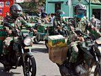 tentara-naik-motor-bagi-sembako.jpg