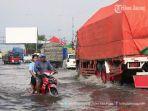 tergenang-banjir-rob-setinggi-separuh-roda-sepeda-motor-di-genuk_20171012_154815.jpg