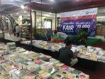 terlihat-beberapa-pengunjung-sedang-asyik-melihat-lihat-buku-dalam-gramedia-fair.jpg