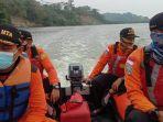 tim-basarnas-mencari-pencari-keong-di-sungai-ciawitali-kampung-laut-cilacap.jpg