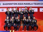 tim-putra-indonesia-berpose-di-atas-podium-kampiun-dengan-gesture-tangan.jpg