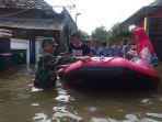 tni-bantu-korban-banjir_20180217_163442.jpg