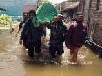 tni-membantu-siswa-dan-foto-pemakaman-jenazah-korban-banjir-sayung_20180219_171446.jpg