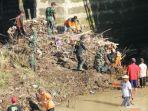 tni-polri-beserta-masyarakat-membersihkan-sungai-mungkung-sragen.jpg