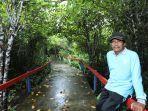 tokoh-lingkungan-wahyono-di-antara-rimbunan-mangrove-di-kolak-sekancil-kampung-laut.jpg