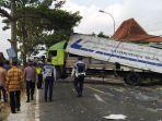 truk-box-angkut-minuman-kaleng-terguling-di-jalan-raya-parakan-wonosobo-kecamatan-kretek.jpg