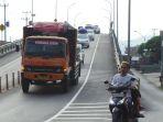 truk-melintas-di-flyover-kretek-kecamatan-paguyangan_20180609_171550.jpg